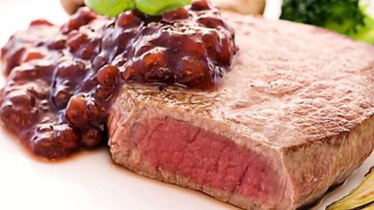 Biftek s brusinkami